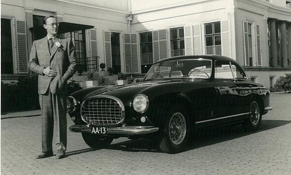 Prins Bernhard met de Ferrari Inter 212 (medio jaren '50)