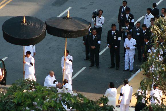 Koning Sihamoni arriveert bij crematorium
