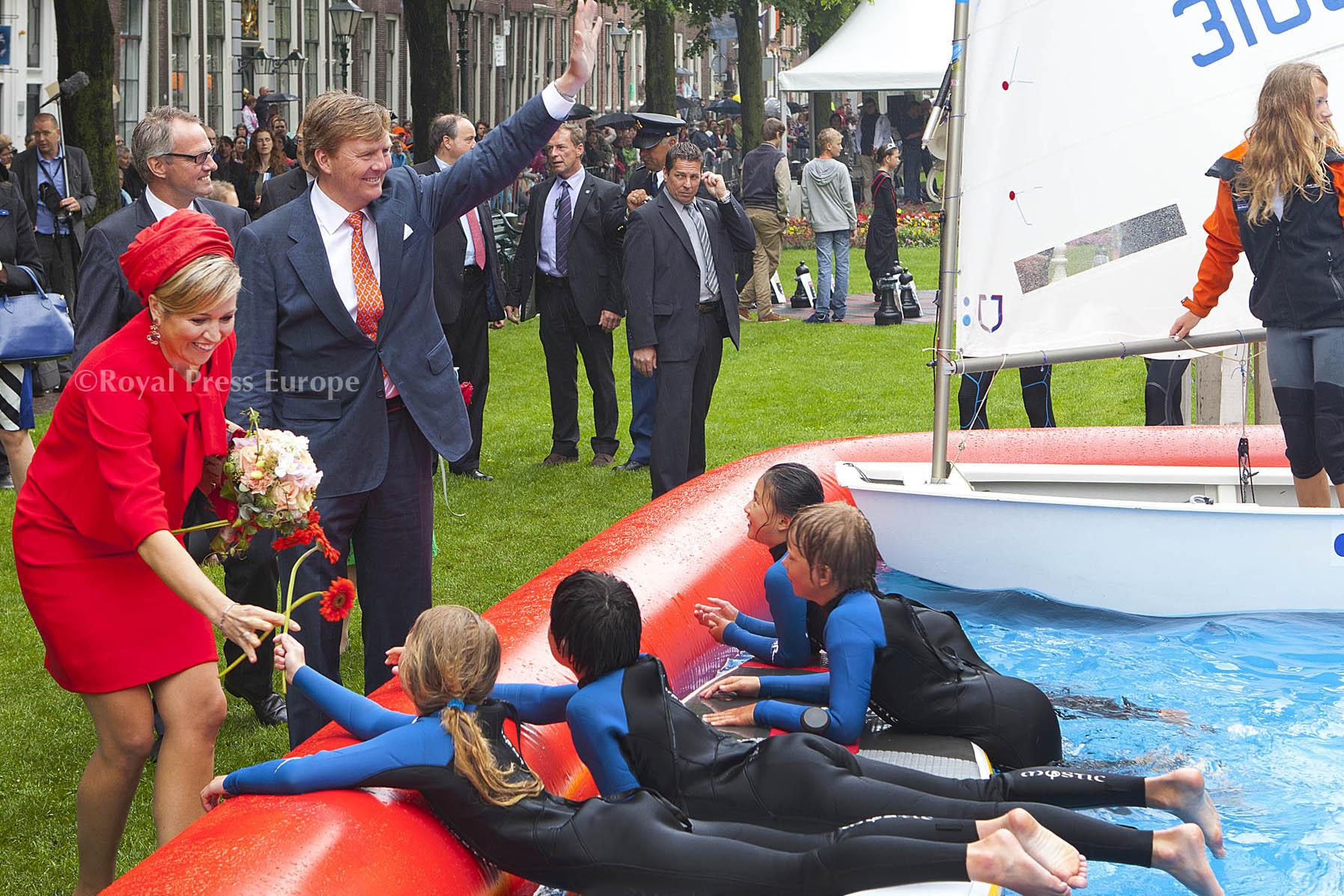 ROYALBLOG NL: Zwaaien, dat doet koningspaar ook in bed